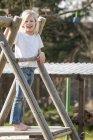 Glücklich kaukasischen blonden Mädchen auf Spielplatz — Stockfoto