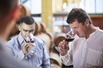 Вино творці дегустація вина у винному погребі — стокове фото