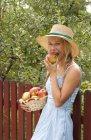 Porträt eines lächelnden Teenagers, der einen Apfel isst — Stockfoto
