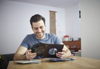 Man at table with vinyl records — Stock Photo