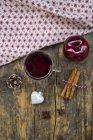 Copo de vinho quente, bauble Natal, apple, pano, paus de canela e canela estrelas — Fotografia de Stock