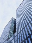 Vue de la façade de la tour de bureaux modernes dans la journée, Zurich, Suisse — Photo de stock