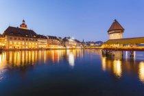 Schweiz, Kanton Luzern, Luzern, Altstadt, Reuss, Kapellenbrücke und Wasserturm, Blaue Stunde — Stockfoto