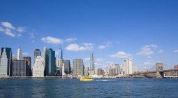 USA, New York, grattacielo di Lower Manhattan con Brooklyn Bridge sull'East River — Foto stock