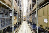 Entrepôt de rack haute et camion sur fond — Photo de stock