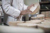 Бейкер, підготовка каструлі хліб для випічки хліба — стокове фото