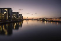 Germany, Berlin, buildings and Molecule Man at River Spree in the evening — Stock Photo