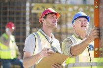 Construction workers using spirit level — Stock Photo