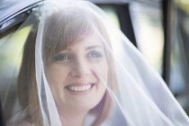 Smiling bride getting out of car before her wedding — Stock Photo