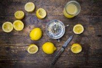 Свіжовичавлені лимонним соком, лимонним Відкатавши — стокове фото