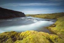 Islândia, terras altas com musgo em rochas e lagoa durante o dia — Fotografia de Stock