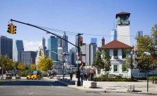 Usa, new york, brooklyn bridge park, fulton ferry pier mit der wolkenkratzer-skyline von lower manhattan beyond — Stockfoto