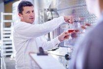 Vin de robinetterie fabricant de vin de réservoir — Photo de stock
