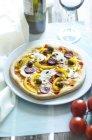 Домашняя пицца с грибами, желтый перец, помидоры, оливки, чоризо на плите — стоковое фото