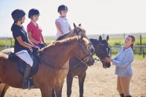 Тренер и девочек на лошадях на езда кольцо — стоковое фото