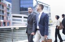 Gay coppia in viaggio con affari abiti — Foto stock