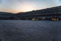 Itália, Veneza, Praça de São Marcos ao entardecer — Fotografia de Stock