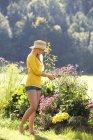 Adolescent fille jardinage en plein air — Photo de stock