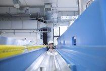 Техник, работающий на заводе — стоковое фото