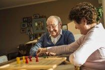 Старший пара грає Людо — стокове фото