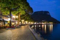 Promenade au bord du lac le soir — Photo de stock