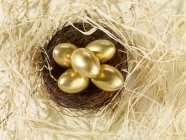 Easter nest with golden painted eggs — Foto stock