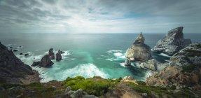 Marino costero con vista panorámica de playa de Ursa - foto de stock