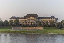Перегляд саксонських державного міністерства і Ельба річка в Дрезден, Німеччина — стокове фото