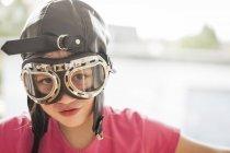 Retrato de uma menina usando chapéu piloto — Fotografia de Stock