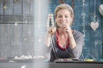 Женщина работает с плоскогубцами, слушая музыку в наушниках — стоковое фото