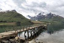 Норвегия, Нордланд, Национальный парк Сальтфьелле-Свартисен, деревянная набережная на фьорде — стоковое фото