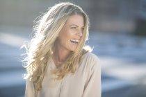 Ridendo donna bionda all'aperto — Foto stock