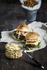 Cheeseburger fatti in casa, insalata di cavolo e patate fritte — Foto stock