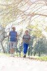 Couple de personnes âgées faisant Nordic Walking ensemble dans un parc — Photo de stock