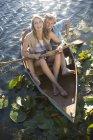 Felice giovane coppia in barca a remi su un lago — Foto stock