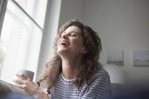 Joyeux jeune femme à la maison — Photo de stock