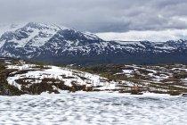 Norvège, Nordland, tarn congelé et chalet solitaire — Photo de stock