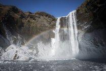 Радуга над водопадом Скогафосс — стоковое фото
