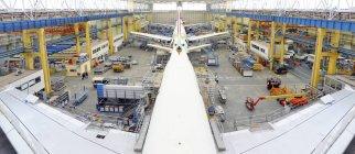 Конструкция самолета в ангаре в помещении — стоковое фото