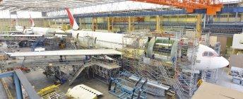 Літак конструкції в ангар в приміщенні — стокове фото