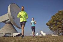 Молодая пара бег на наземной станции — стоковое фото