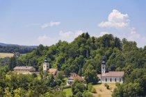 Austria, Burgenland, Neuhaus am Klausenbach y el edificio en la colina durante el día - foto de stock