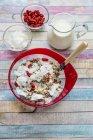 Cereal com sementes de chia, chips de coco, wolfberries e leite na madeira — Fotografia de Stock