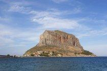Griechenland, Monemvasia, Felsen von Monemvasia über Wasser — Stockfoto