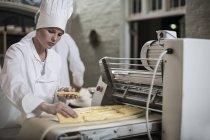 Femal Bäcker Teig vorbereiten — Stockfoto