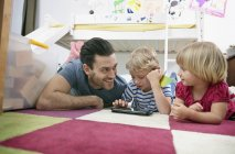 Vater und Kinder Tabletts — Stockfoto