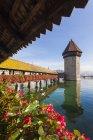 Швейцария, Люцерн, кантон Люцерн, Ройс реки, Часовенный мост и водяная башня — стоковое фото