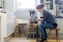 Сапожник готовит обувь с молотком — стоковое фото