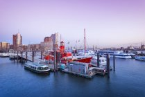 Germania, Amburgo, Sporthafen e Niederhafen alla luce della sera, sullo sfondo il Kehrwiederspitze — Foto stock