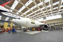 Строительство самолет в ангаре в помещении — стоковое фото